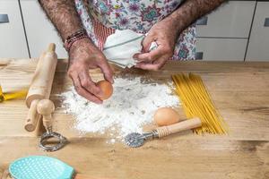 männlicher Koch, der Spaghetti macht foto