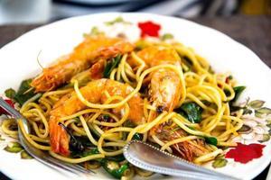 gebratene würzige Spaghetti mit Garnelen, auch bekannt als betrunken sp