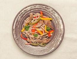 Nudeln mit Fleisch und Gemüse foto