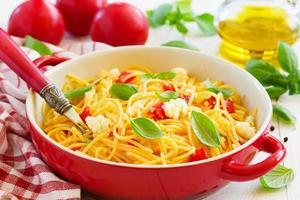 glutenfreie Pasta mit Tomatensauce und Käse. foto