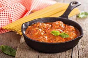 Fleischbällchen mit Tomatensauce foto