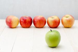 grüner Apfel, roter Apfel denken anderes Konzept oder Führungskonzept foto