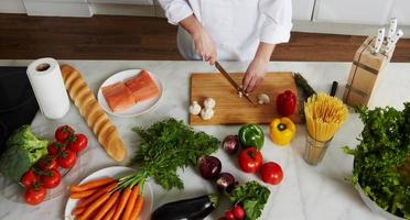 Küchenchef bereitet verschiedene Gerichte zu foto
