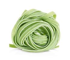 italienische Pasta Tagliatelle farbig isoliert auf weißem Hintergrund foto