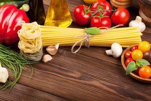 italienisches Essen kochen Zutaten. Nudeln, Tomaten, Basilikum foto