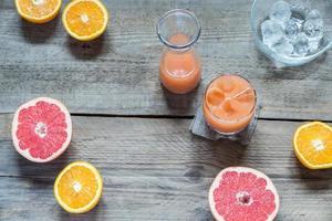 Grapefruit frisch auf dem Holztisch