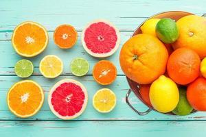 Zitrusfrüchte im Retro-Sieb. foto