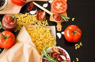 Essen. Zutaten. Pasta. Tomaten. foto