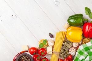 italienisches Essen kochen Zutaten. Nudeln, Tomaten, Paprika foto