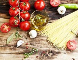 Kirschtomaten, Olivenöl, Nudeln und Gewürze, mediterrane Zutaten foto