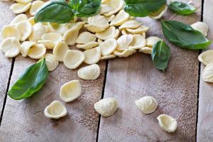 Orecchiette Nudeln trocken roh auf dem Tisch foto
