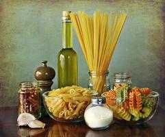 italienisches rezept: aglio, olio e peperoncino (knoblauch, öl und chili) foto