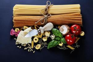 italienische Zutaten - Pasta, Gemüse, Gewürze, Käse foto