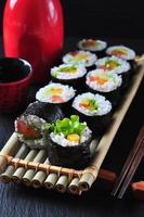 vegetarisches hausgemachtes Sushi mit Avocado, Tomate, Paprika und Salat.