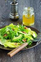 Salat mit Avocado und Pekannüssen. foto