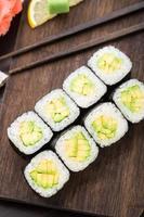 Sushi-Rollen mit Avocado foto