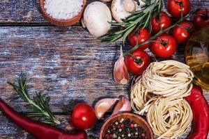 Zutaten für Nudeln auf einem hölzernen Hintergrund foto