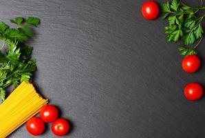 rohe Nudeln mit Tomaten und Petersilie foto