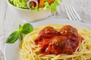 Spaghetti mit Fleischbällchensauce foto