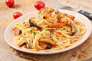 Spaghetti mit gebratenen Auberginen und Tomaten foto