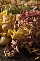 verschiedene hausgemachte trockene italienische Pasta foto