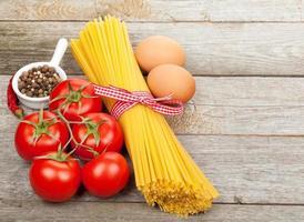 Nudeln, Tomaten, Eier und Gewürze foto