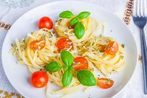 Spaghetti mit Blauschimmelkäse, Tomaten und Basilikum foto