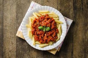 Nudeln mit Tomatensauce auf Holztisch
