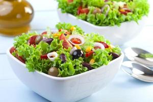 frischer mexikanischer Salat mit Oliven und roten Bohnen foto