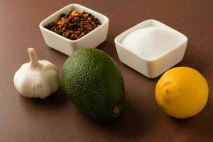 Avocado auf Tisch foto