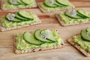 grüne Gurke und Avocado Vollkorn Rechteck Cracker mit co foto