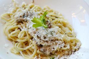 großer Teller mit Nudelspaghetti mit Pilzen und Artischocken