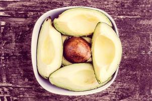Avocatto auf Holzhintergrundfarbe getönt foto