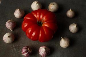 Tomate mit Avocado und Knoblauch mit Dill. auf Holzhintergrund foto
