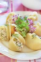 Lumaconi-Nudeln mit gebackenem Lachs, Gurken und Kapern foto