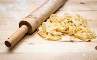 Fettuccini italienische Pasta mit Petersilie und Peperoni foto