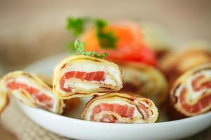Pfannkuchen mit Käsebruch und gesalzenem Lachs