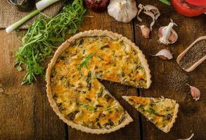 Käsequiche mit Huhn, Rucola und Pilzen
