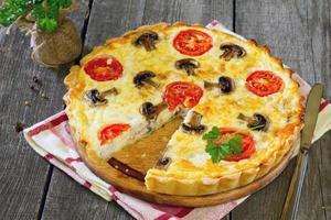 Kuchen mit Hühnchen, Pilzen und Eierfüllung foto