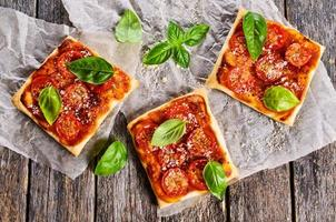 Kuchen mit Tomaten, Käse und Basilikum
