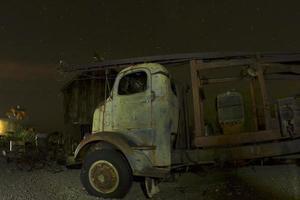 antiker LKW vor verlassener Scheune foto