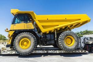 Transport einer großen LKW-Ladung foto