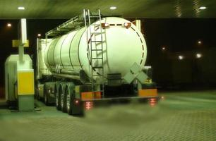 LKW-Tanker auf einer Tankstelle in der Nacht,
