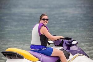 Ihre Frau reitet einen Jetski