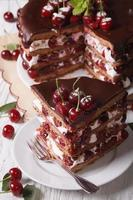 leckerer Kirschkuchen mit vertikaler Draufsicht von Schokolade und Sahne foto