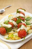 Weißfisch Kebabs Seeteufel Kirschtomaten Schneeerbsen vertikal foto