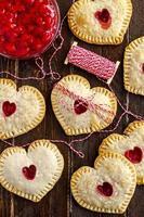 herzförmige Kirschhandkuchen foto