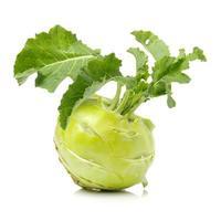 frischer kohlrabi mit grünen blättern foto
