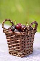 Korb mit gepflückten Kirschen foto