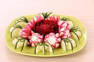 Gurkenrettich und Rüben dekoriert Salat wie Blume foto